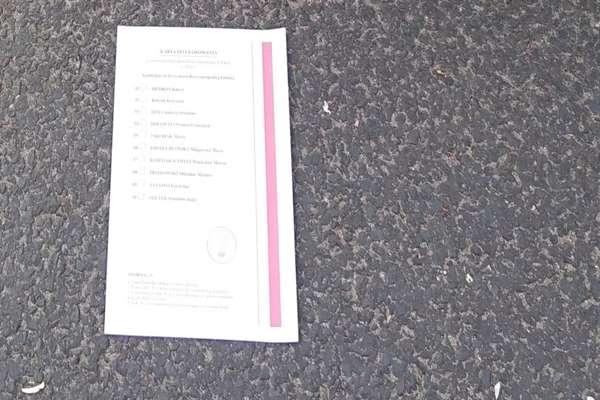 Karty wyborcze - rozrzucone na ulicy i chodniku